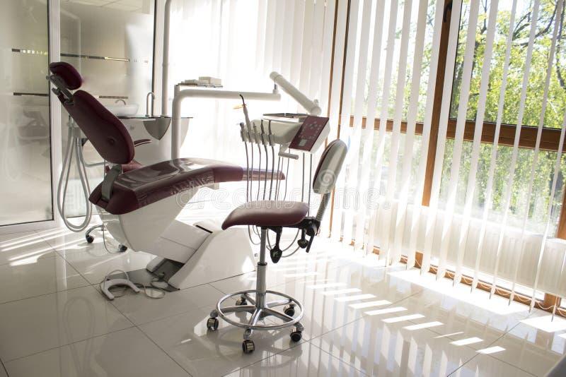 概念-新的现代牙齿诊所办公室内部有椅子的 免版税库存照片