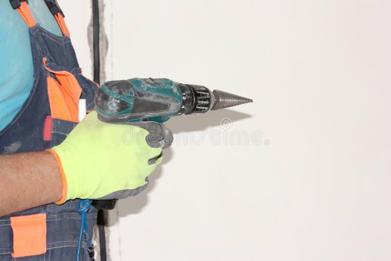 概念建筑手指金子安置关键字 电工举行 免版税图库摄影