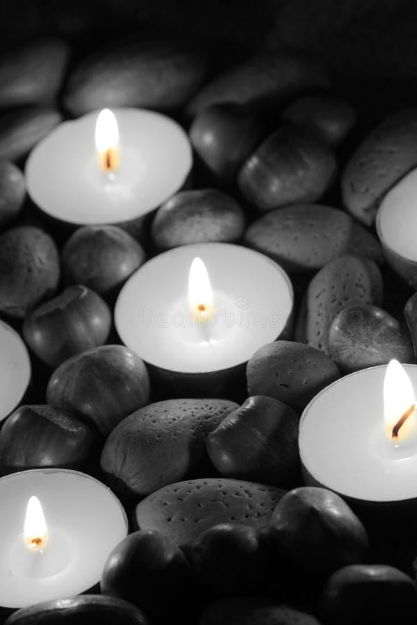 榛子、核桃和山核桃果有茶光蜡烛的 免版税库存图片