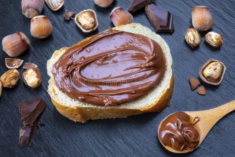 榛子巧克力涂了在面包片的奶油 免版税库存照片
