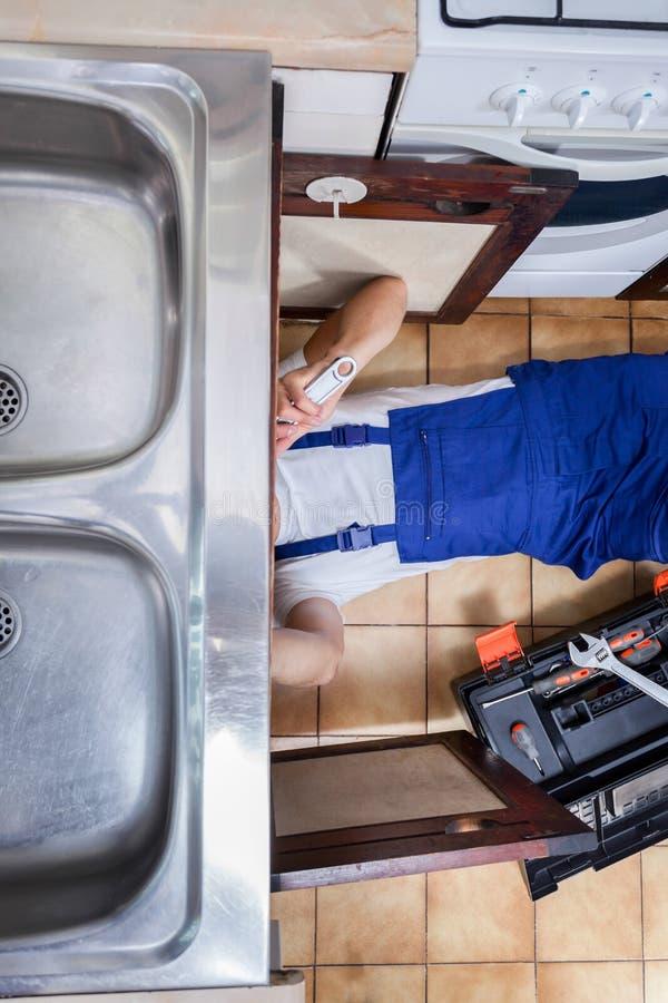 水槽修理在厨房里 免版税库存图片