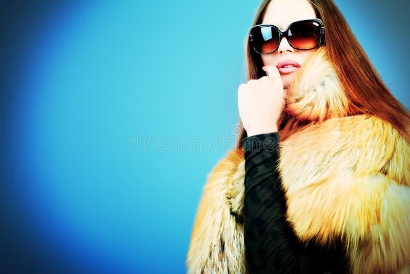 Download 模型俏丽 库存照片. 图片 包括有 摆在, 光学, 表面, 背包, 红色, 女孩, 方式, 女性, 狐狸 - 22355826