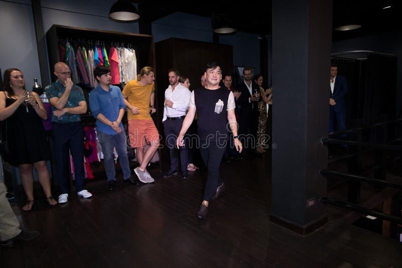 模型在妇女反弹夏天人的时装走 免版税图库摄影