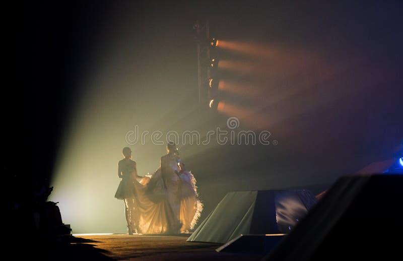模型晚上舞会礼服从照明设备走出去 免版税图库摄影