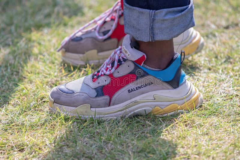 模型穿对巴黎世家鞋子 免版税库存图片