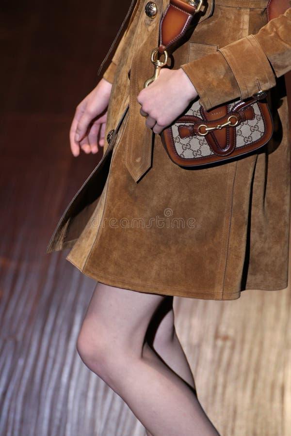 模型走跑道在古驰展示期间作为米兰时尚星期的部分 免版税库存照片