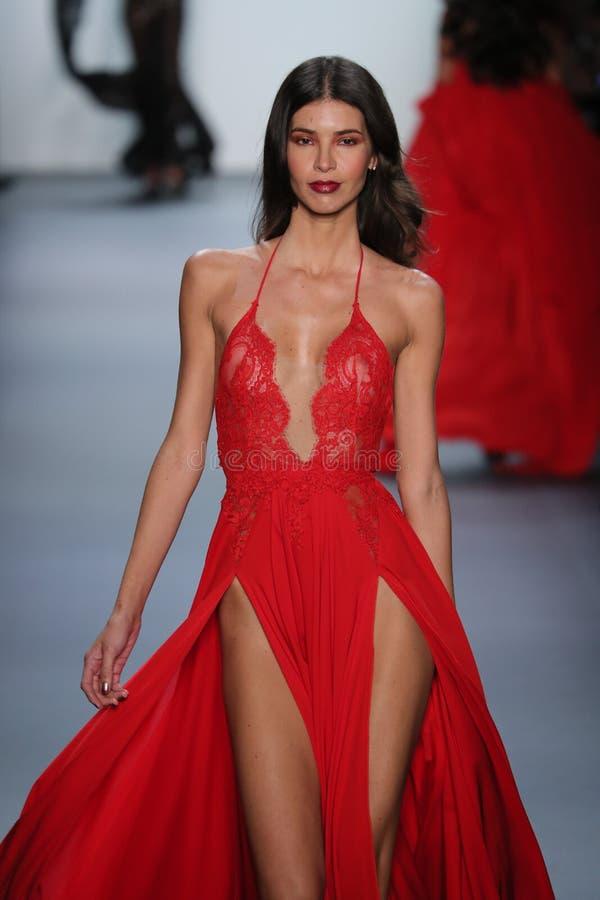 模型走跑道在迈克尔柯斯特罗时装表演 图库摄影