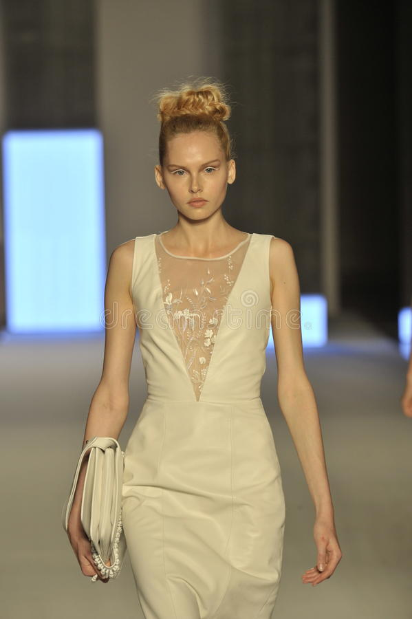 模型走跑道在Aigner展示期间作为米兰时尚星期的部分 库存图片