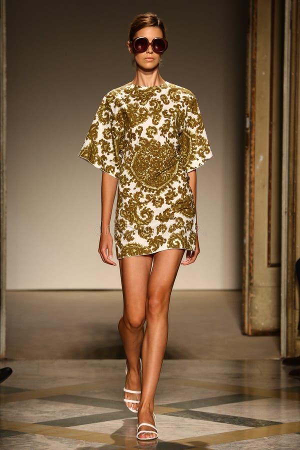 模型走跑道在Chicca Lualdi展示期间作为米兰时尚星期的部分 免版税图库摄影