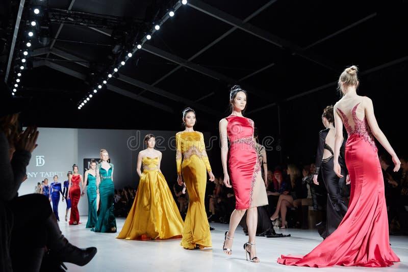 模型Dany Tabet礼服的步行跑道在MBFW秋天期间的纽约生活时装表演2015年 免版税库存照片
