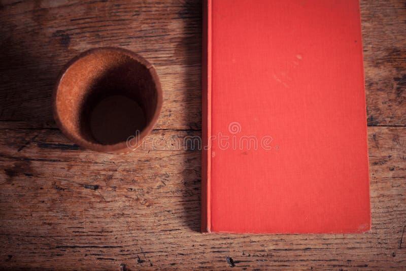 模子振动器和书 免版税图库摄影
