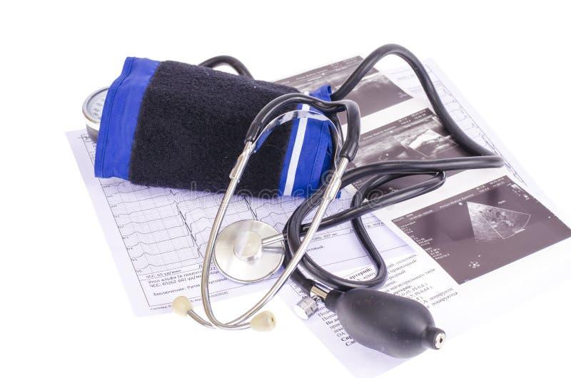 模式血压米tonometer和笔记薄在医疗图表,诊断背景  Healt概念 免版税库存照片