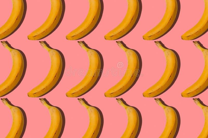 模式 香蕉概念 小组在桃红色背景的香蕉 C 库存图片