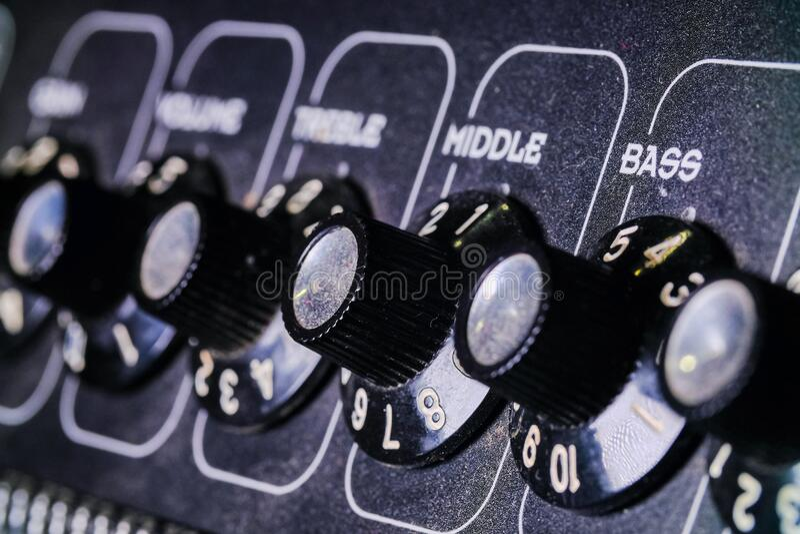 模拟级旋钮颠倒 录音室中的混音器,遥控器从左到右的自动旋钮 免版税图库摄影