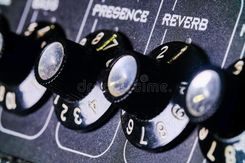 模拟级旋钮颠倒 录音室中的混音器,遥控器从左到右的自动旋钮 库存照片