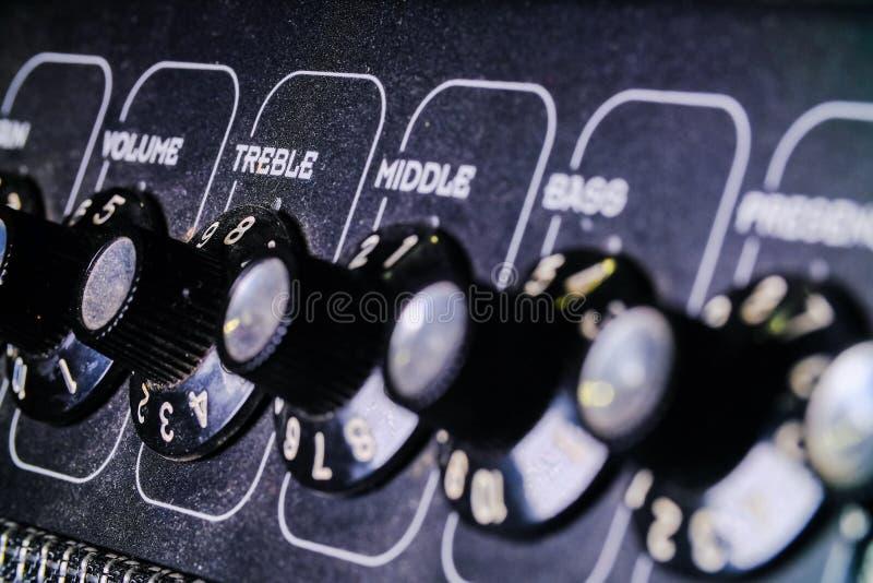 模拟级旋钮 录音室中的混音器,遥控器从左到右的自动旋钮 免版税库存图片
