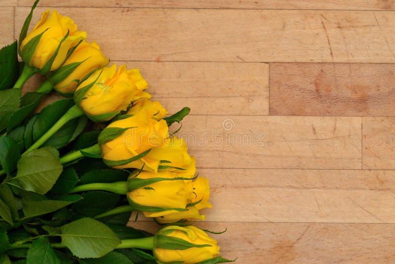 模板有木背景和黄色玫瑰 免版税库存图片
