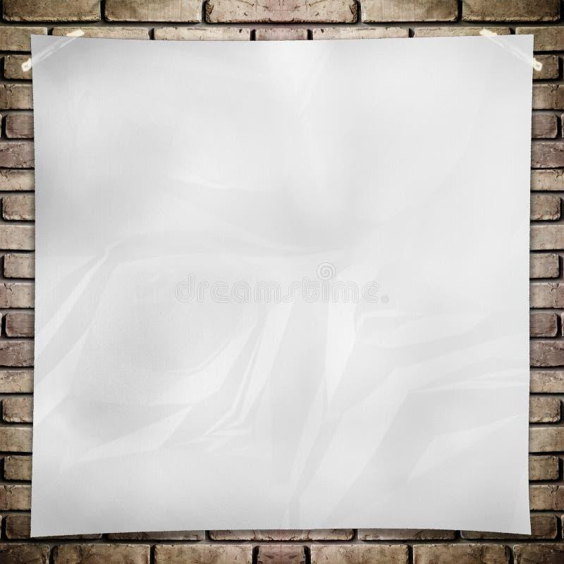 模板白色弄皱了在难看的东西砖墙上的方形的海报 免版税图库摄影