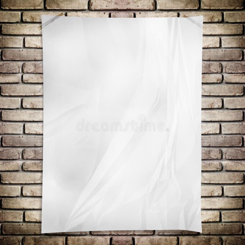 模板白色弄皱了在难看的东西砖墙上的长方形海报 免版税图库摄影