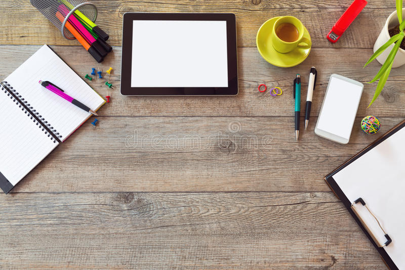 模板的办公桌嘲笑与桌、巧妙的电话、笔记本和咖啡 图库摄影