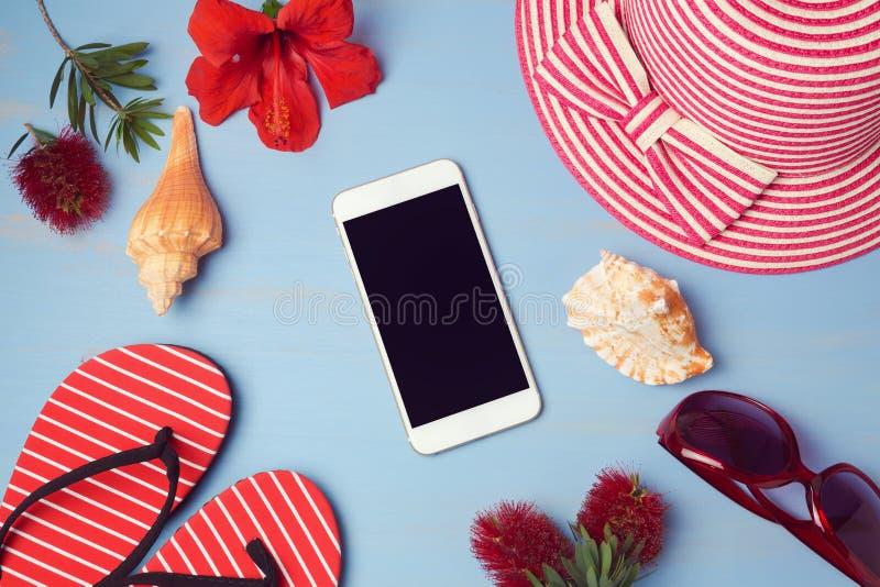 模板的智能手机嘲笑与夏天海滩项目和热带花 在视图之上 免版税库存图片