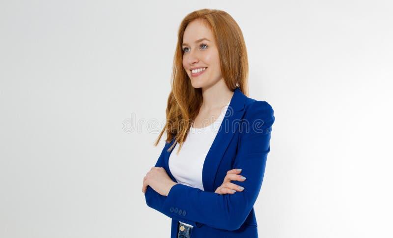 模板空白白色在灰色背景隔绝的T恤杉和时髦的夹克的愉快的红发女商人 自已事业 免版税图库摄影