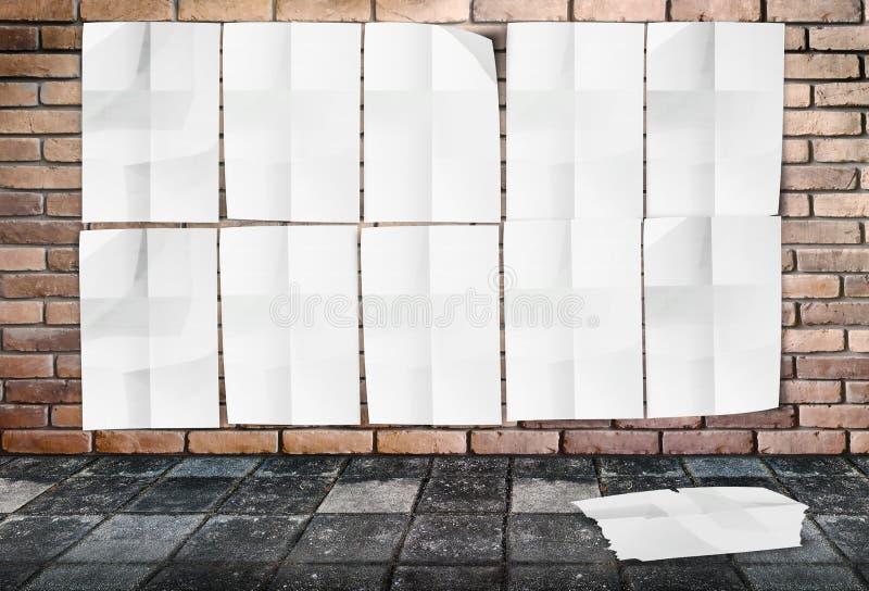 模板- Crumpled海报墙壁在砖墙&小径上的 皇族释放例证