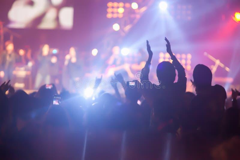 模糊的图象背景许多在岩石骗局的观众音乐会 库存照片