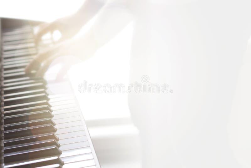模糊的抽象音乐背景 钢琴使用 免版税库存照片