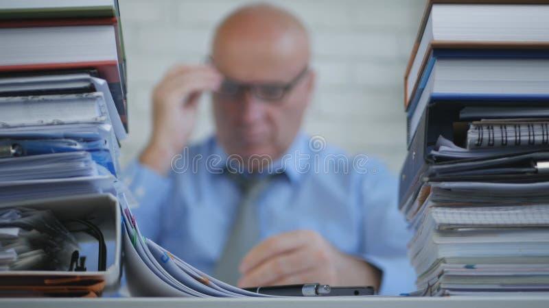 模糊的照片的买卖人读手机网上消息的 免版税库存图片