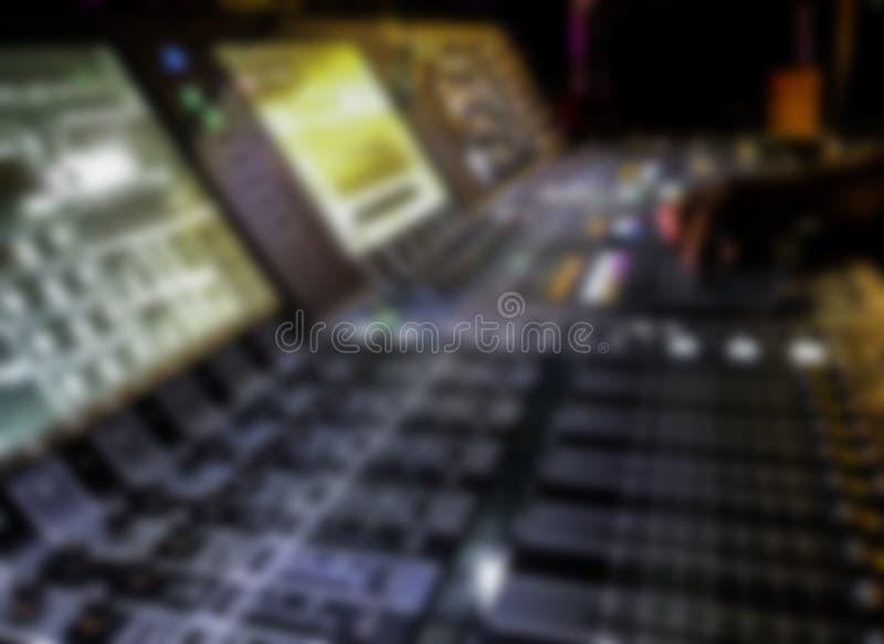 模糊的Dj controles合理的控制器和戏剧混杂的edm音乐 库存照片
