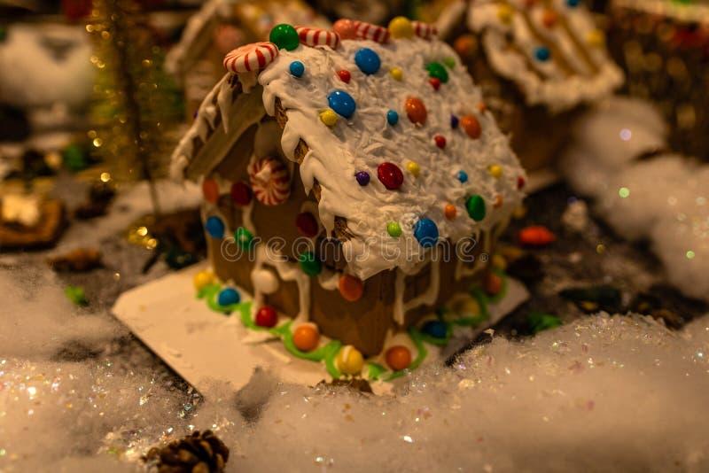 模糊背景下的圣诞装饰 姜屋 五颜六色的姜屋屋顶 库存图片