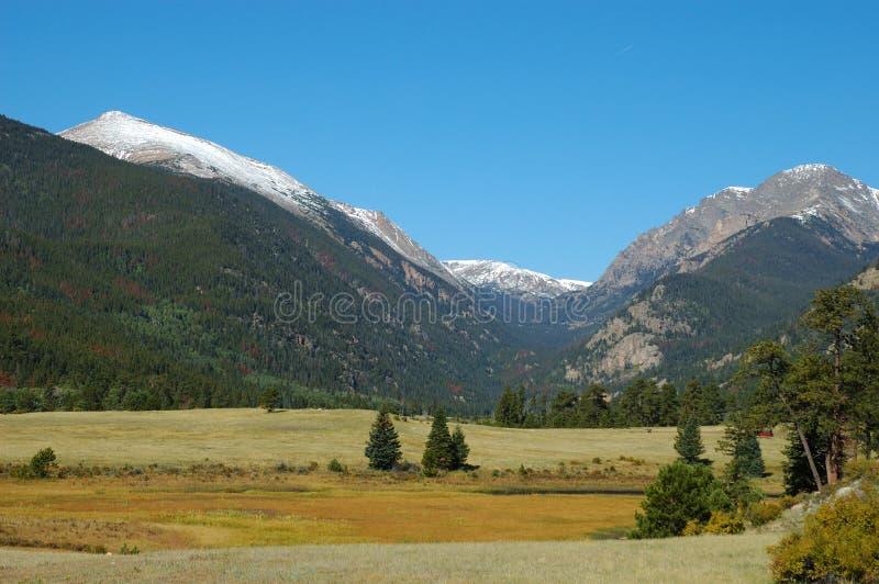 横向冰碛岩石山的公园 免版税图库摄影