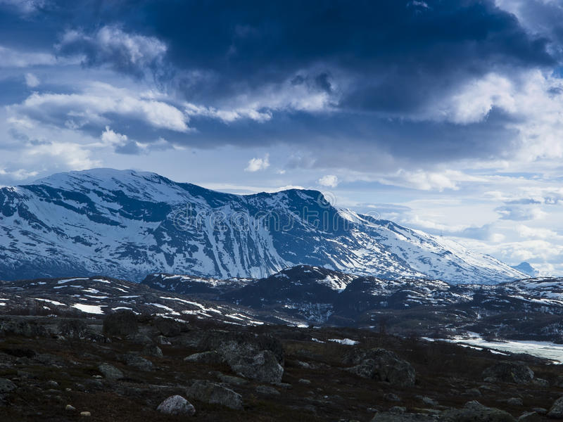 横向多山雪 免版税库存图片