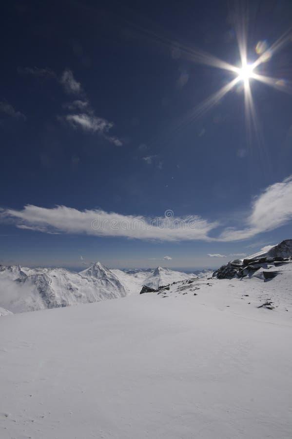 横向山多雪的瑞士 库存照片