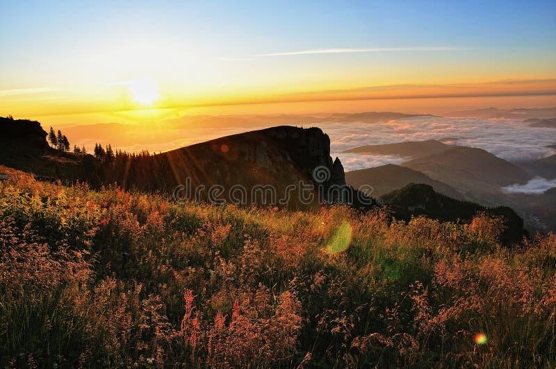 横向山日出 库存图片