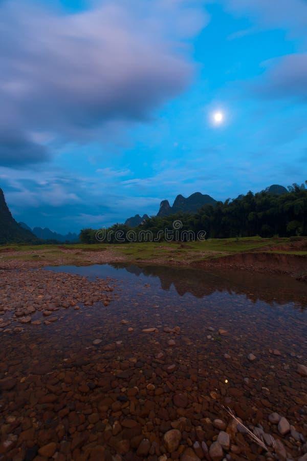 横向月亮上升河 免版税图库摄影