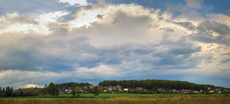 横向美丽如画农村 库存照片