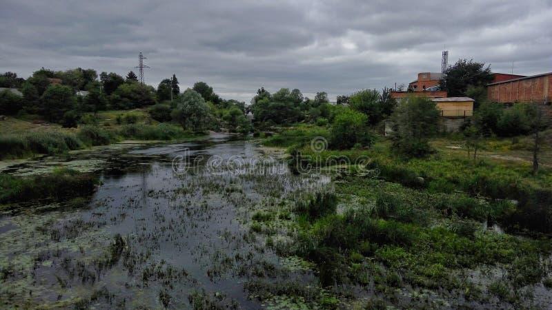 横向视图 明亮的河和colourfull 免版税库存图片