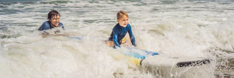 横幅、教他五岁的儿子如何的长的格式父亲或者辅导员在海冲浪在度假或假日 库存照片