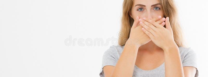 横幅图象嘘标志 显示嘘姿态的年轻女人保留沈默 T恤杉的女孩保留秘密 寂静空间和沈默 免版税库存照片