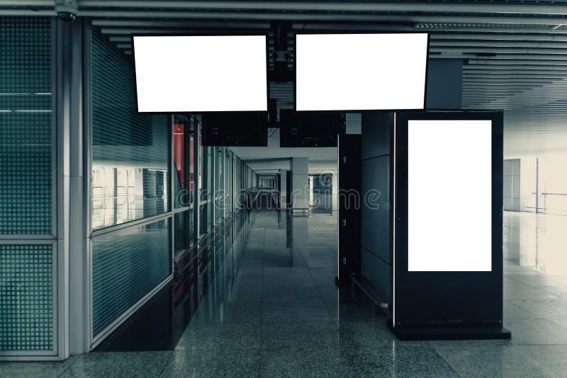 横幅广告牌显示自动扶梯迷离人的嘲笑在Subwa 免版税库存照片