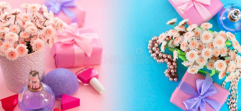 横幅时尚妇女辅助部件化妆用品花花束礼物盒在桃红色背景梯度蓝色顶视图fla tla的弓鸡尾酒 免版税库存照片