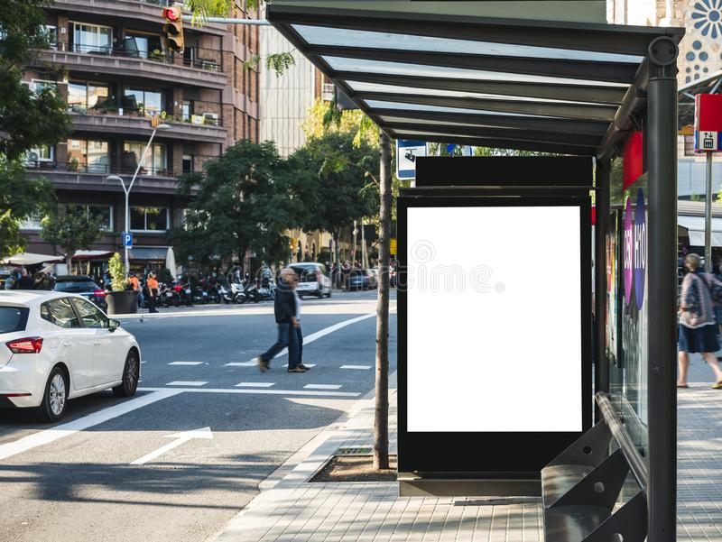 横幅模板灯箱的嘲笑在与人走的公车候车厅媒介室外路牌 库存照片
