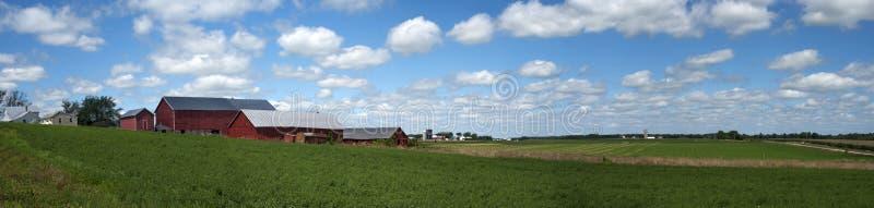 横幅谷仓clounds奶牛场老全景天空 库存照片