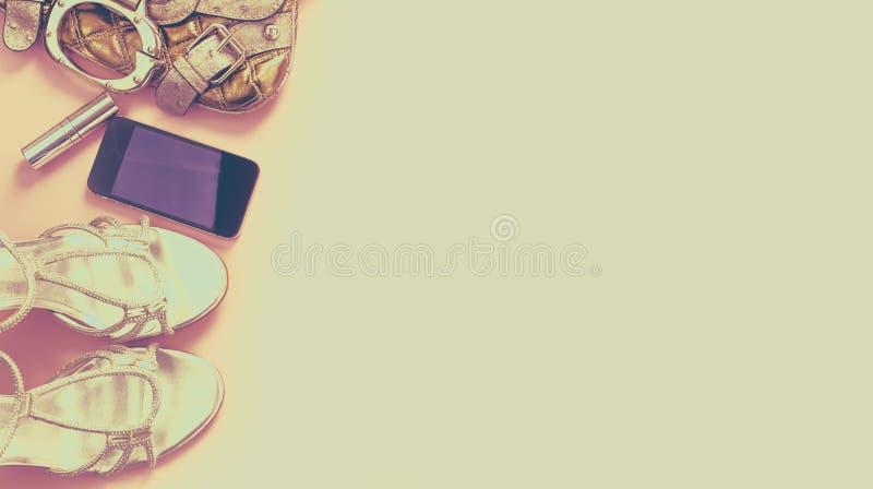 横幅超现实主义现代时装配件少妇穿上鞋子提包电话小配件唇膏化妆用品花束花桃红色backgr 免版税库存图片
