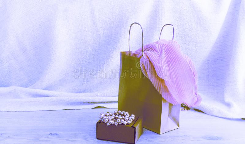 横幅超现实主义A套妇女` s时装配件购物的首饰围巾 库存图片