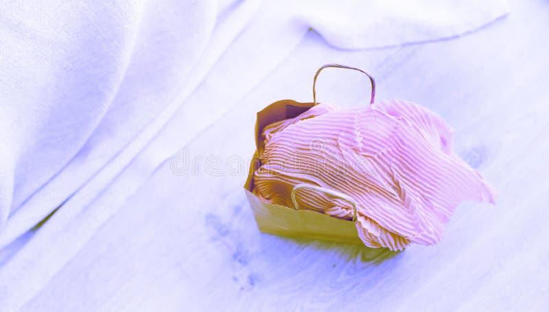 横幅超现实主义A套妇女` s时装配件购物的首饰围巾 免版税库存照片