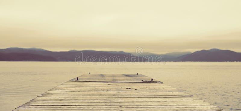 横幅超现实主义Defocus海风景小山天际天空雾自然 免版税库存图片