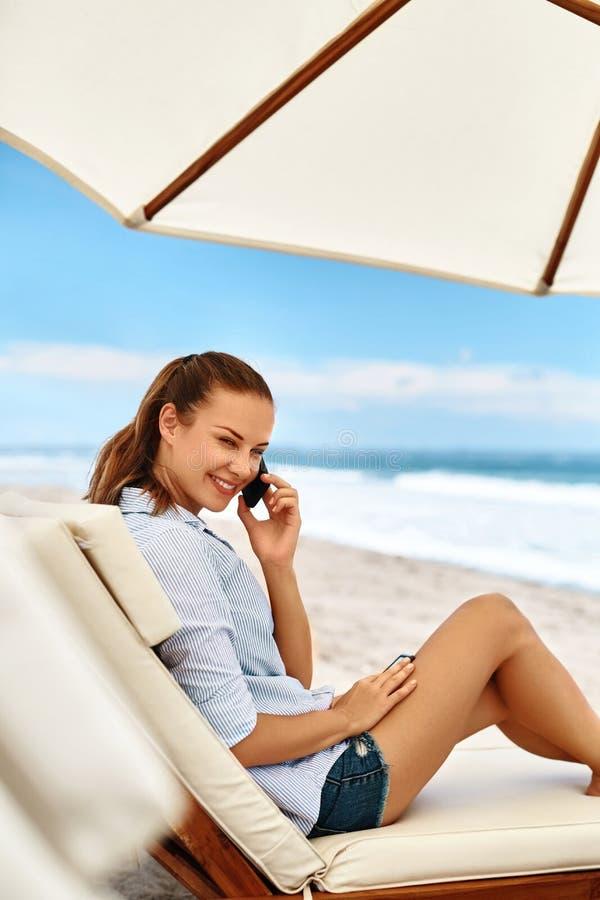 横幅通信设计地球标头例证移动电话技术 告诉电话妇女 使海岸塞浦路斯地中海沙子石头夏天海浪靠岸 自由职业者 免版税图库摄影